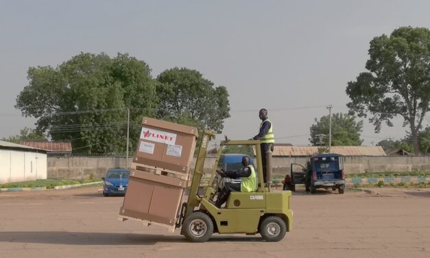 ČESKÉ FIRMY DAROVALY NIGÉRII LŮŽKA A OCHRANNÉ POMŮCKY
